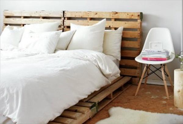 postel z neopracovaných palet