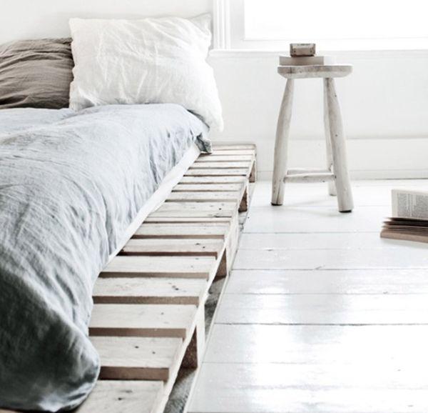 postel z palet a odkládacím prostorem